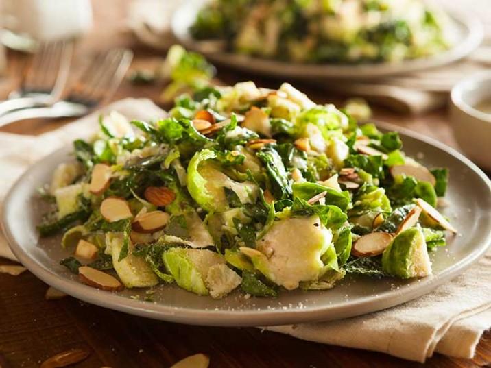 Rosenkohl Salat mit Mandeln und Parmesan