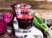Rote Beete Saft und frischem Gemüse