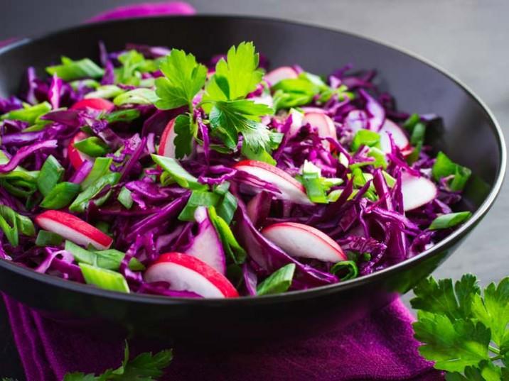 Rotkohl, Radieschen und Frühlingszwiebelsalat