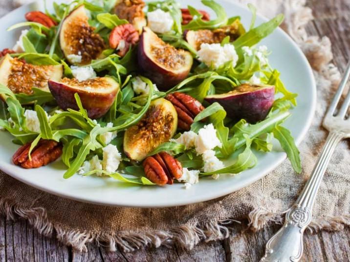 Rucola Salat mit Feigen, Käse und Pekannüsse