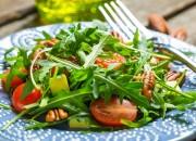 Rucola Salat mit Tomaten, Mango und Pekannüsse