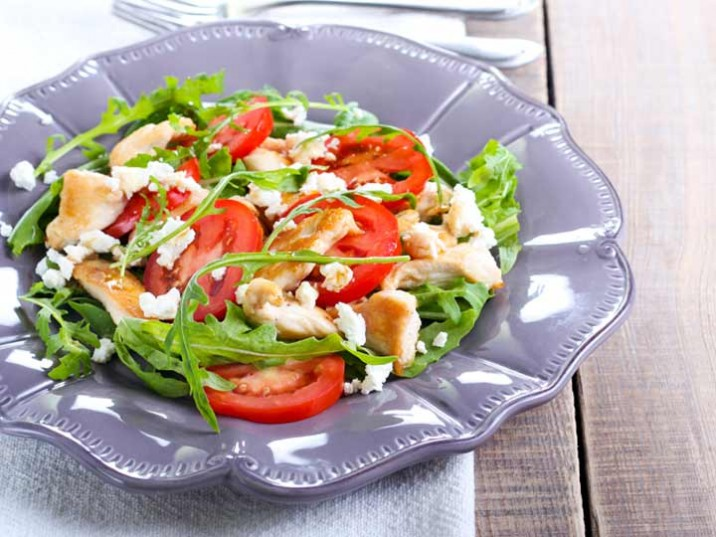 Rucola Tomaten Salat mit Putenbrustfilet