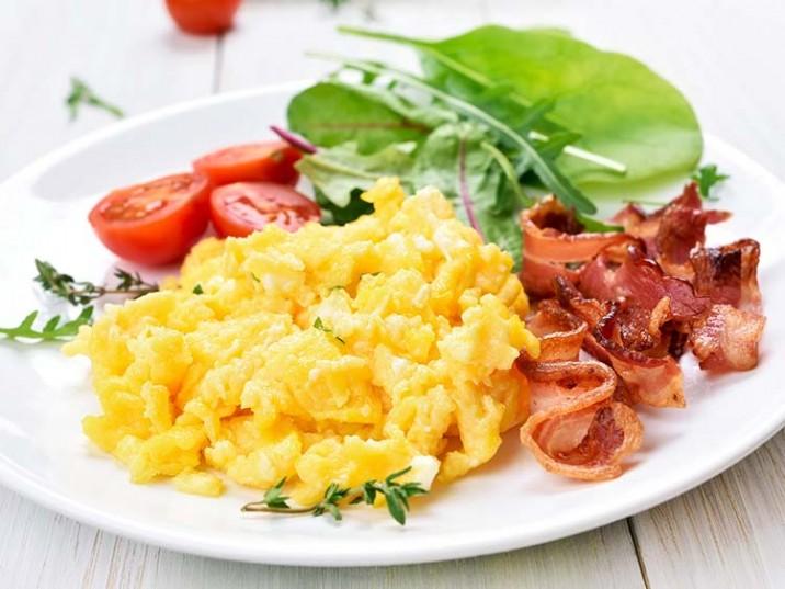 Rührei mit Bacon und Mangold