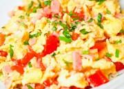 Rührei mit Tomaten und Schinken