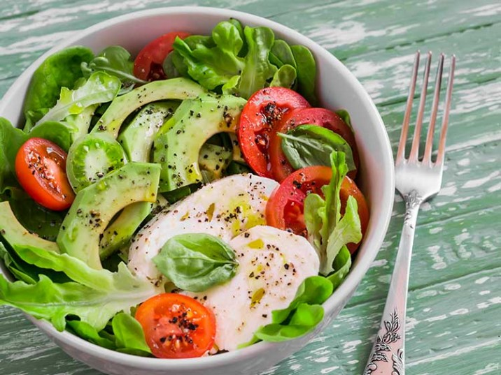 Salat Bowl mit Avocado und Mozzarella