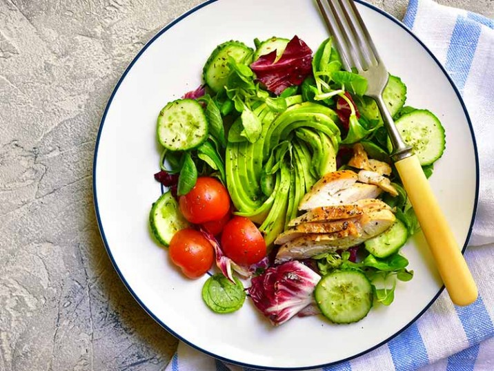 Salat mit Avocado und Hähnchenfleisch