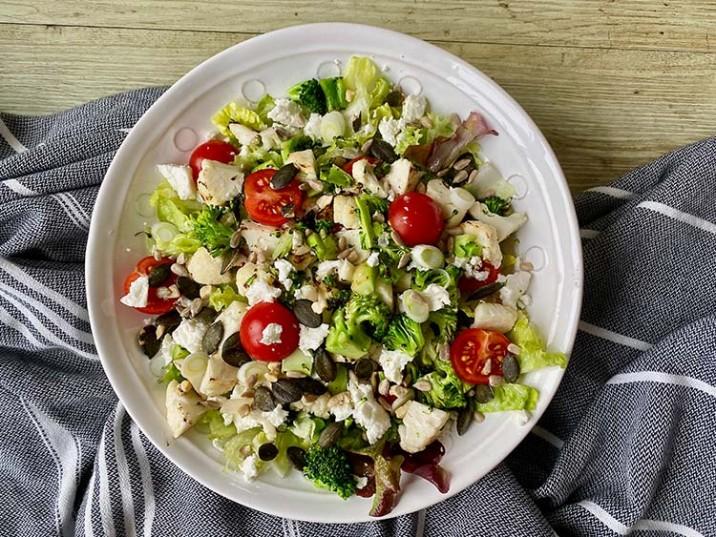 Salat mit Brokkoli, Blumenkohl und Feta