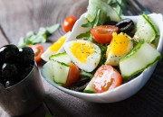Salat mit Ei und schwarzen Oliven