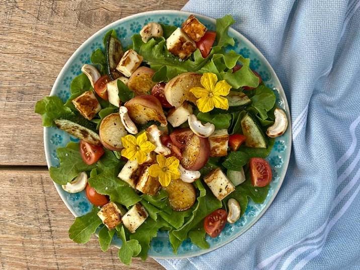Salat mit gebratenem Pfirsich und Zucchini