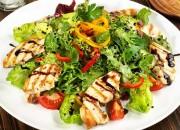 Salat mit gegrillten Hähnchenbrustfilets