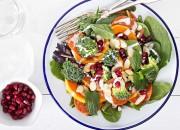 Salat mit Gemüse, Salami und Granatapfel