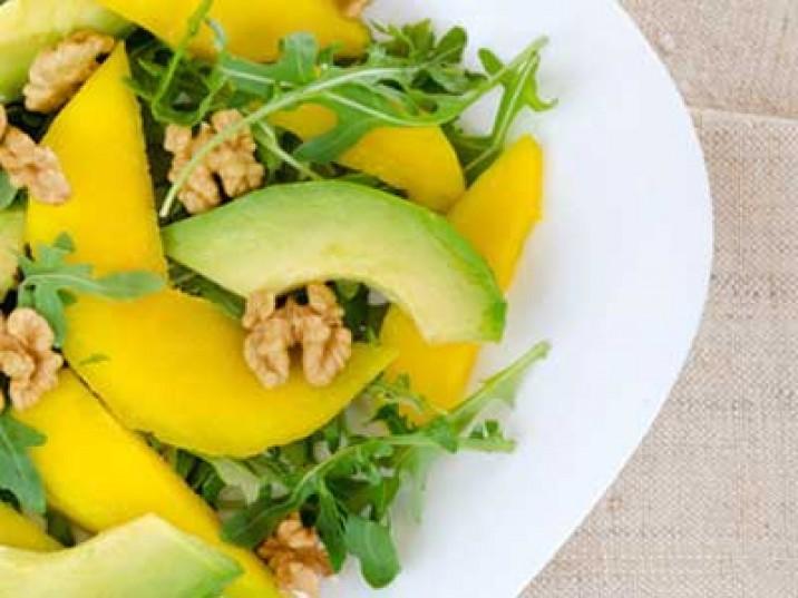 Salat mit Mango, Avocado, Rucola und Walnüsse