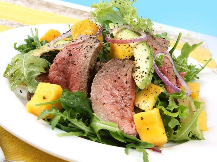 Salat mit Mango, Avocado und saftigem Rinderfilet