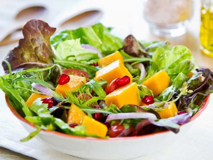 Salat mit Mango und Granatapfel