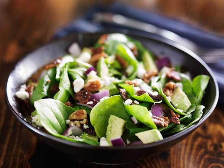 Salat mit Mangold, Avocado, Nüssen und Feta