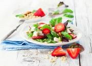 Salat mit Mangold, Mandeln und Erdbeeren