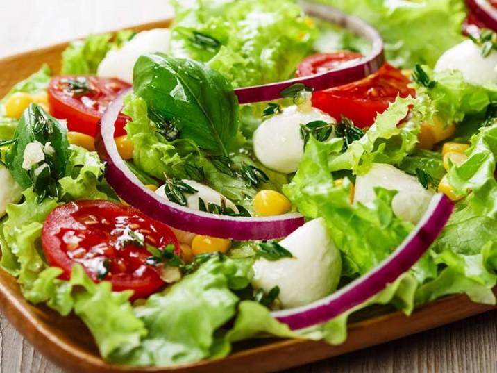 Salat mit Mozzarella und Zitrusdressing