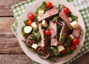 Salat mit Rindersteak und Chimichurri-Sauce