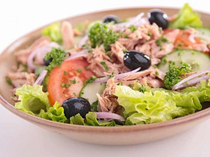 Salat mit Thunfisch, Tomaten und Gurke