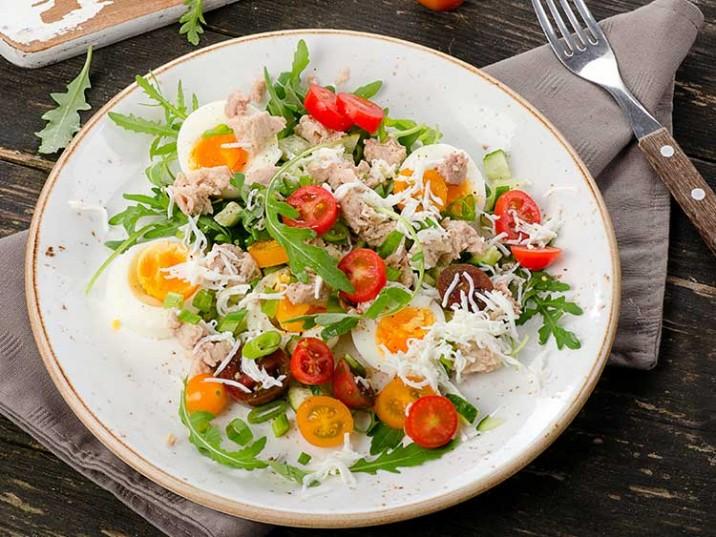 Salat mit Thunfisch und Ei