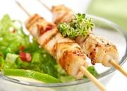 Scharfe Grillspieße mit frischem Salat