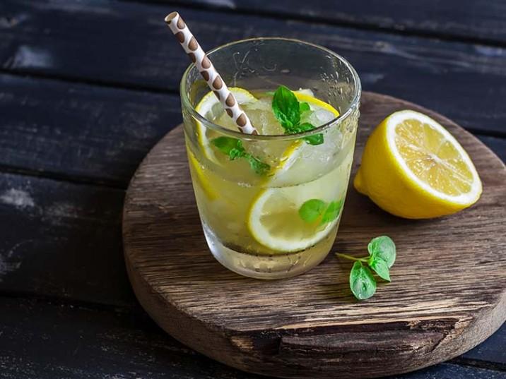 Selbstgemachter Zitronentee mit Basilikum