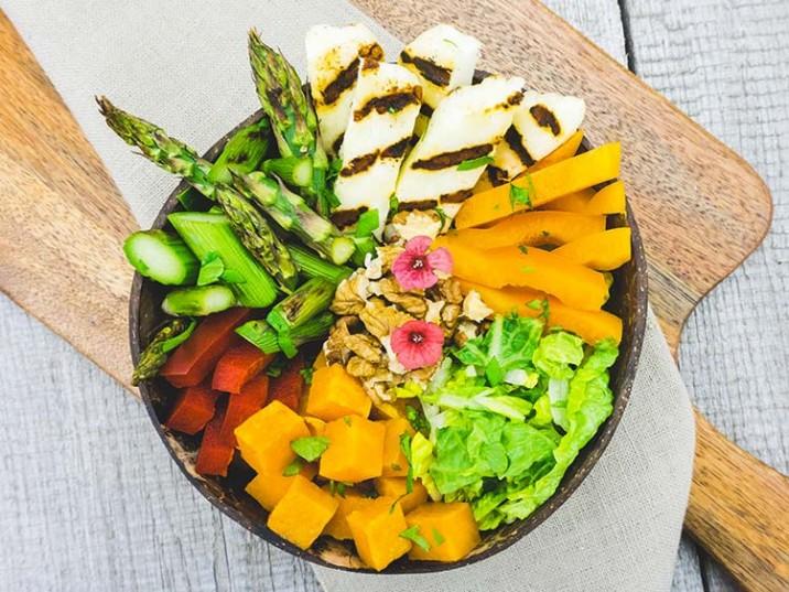 Vital Bowl mit Halloumi und grünem Spargel