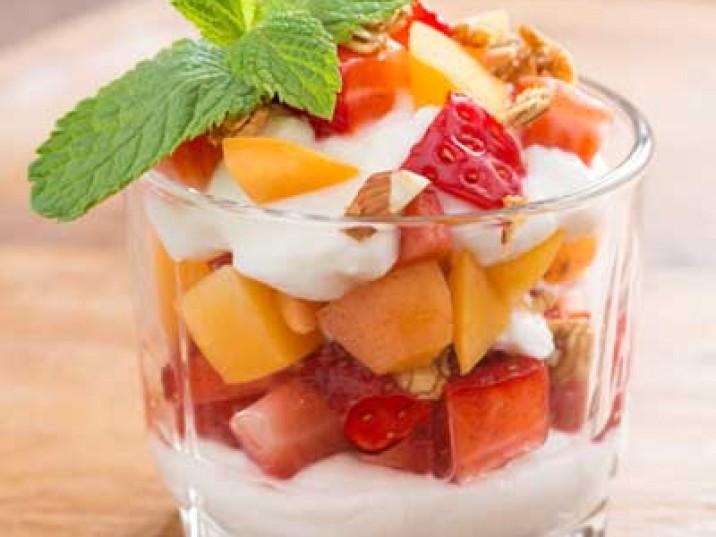 Sojajoghurt mit Erdbeeren, Mango, Minze und Nüssen