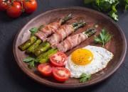Spiegelei mit Spargel-Bacon Röllchen