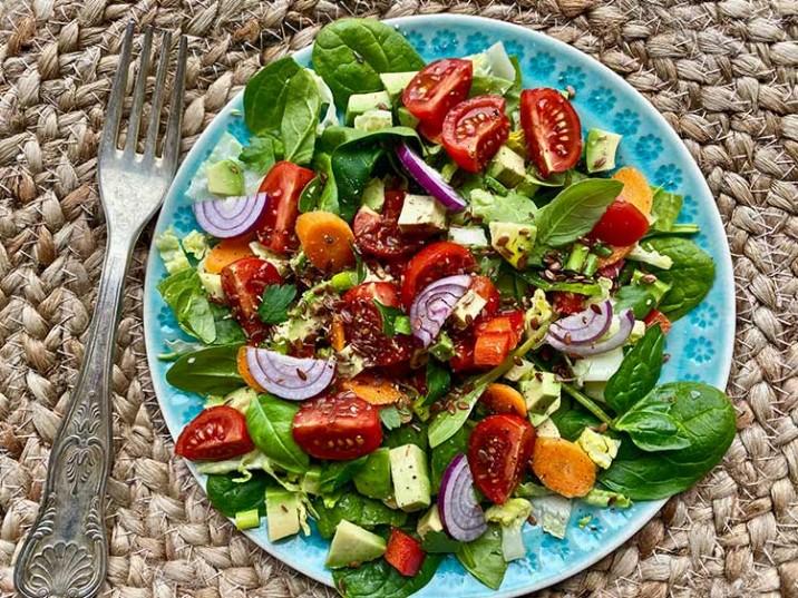 Spinat-Salat mit Tomaten und Möhre