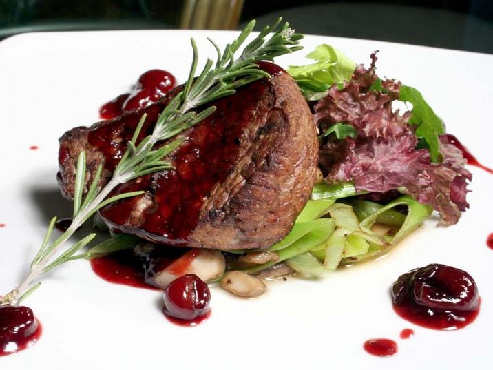 Steak auf Frühlingszwiebeln mit Kirschsauce