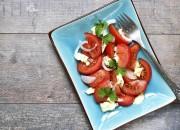 Tomaten mit Ziegenfrischkäse und Zwiebeln