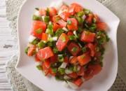 Tomaten Salat mit Frühlingszwiebeln und Avocadoöl