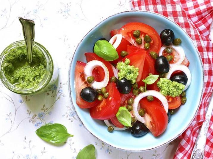 Tomaten Salat mit Oliven, Kapern und Basilikumpesto