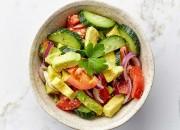 Tomatensalat mit Avocado, Gurke und Kräutern