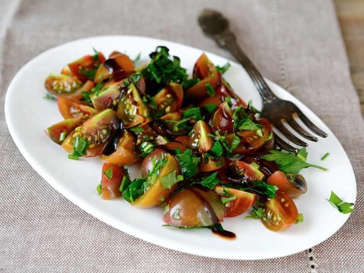 Tomatensalat mit Kräutern und Basilikum