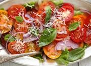 Tomatensalat mit Zwiebeln und Parmesan