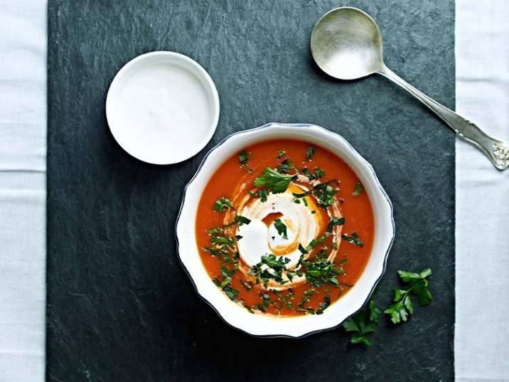 Tomatensuppe mit Frischkäse und Petersilie