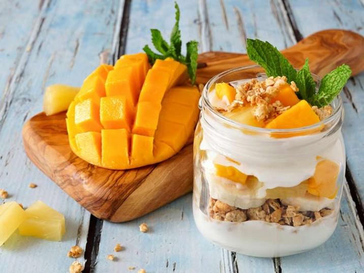 Tropisches Frühstück mit Mango und Ananas