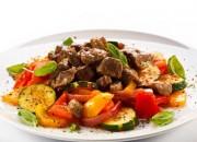 Ungarischer Putengulasch auf Gemüse