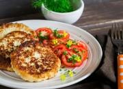 Vegetarische Gemüse-Steaks und Tomatensalat