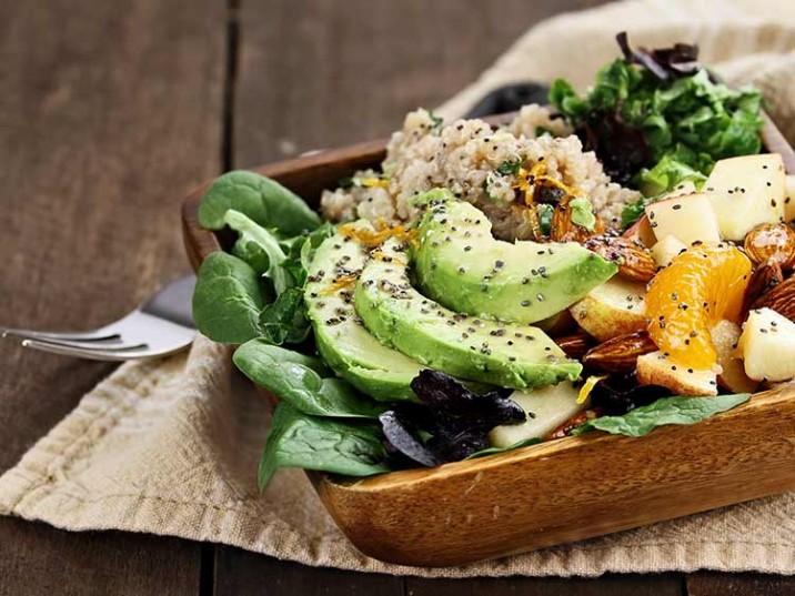 Vital Bowl mit Quinoa, Avocado, Salat, Mandeln und Chia Samen