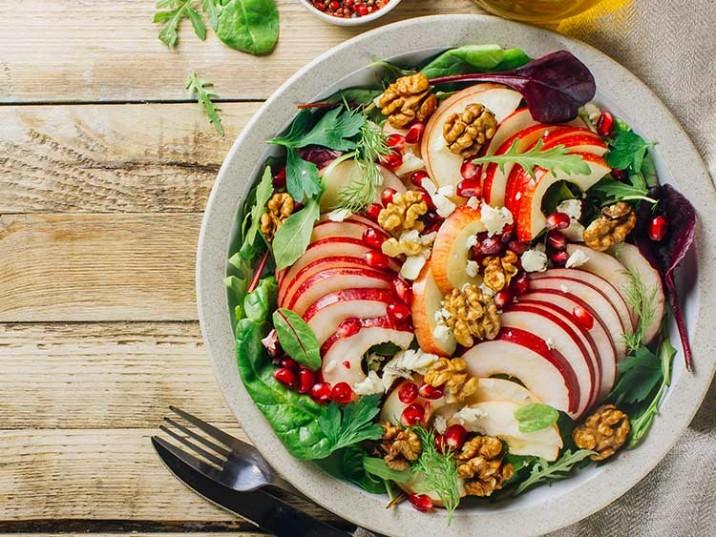 Vital Bowl mit Salat, Apfel, Granatapfel und Walnüsse