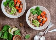 Vital Salat mit Quinoa, Avocado und Walnüssen