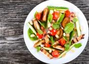 Vitaler Gemüse Salat mit Hähnchen und Nüssen