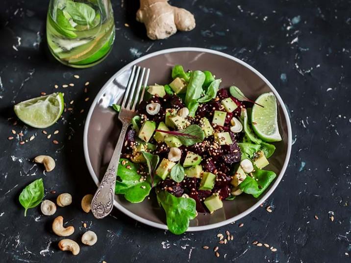 Vitaler Rote Bete Salat mit Avocado und Cashewkerne