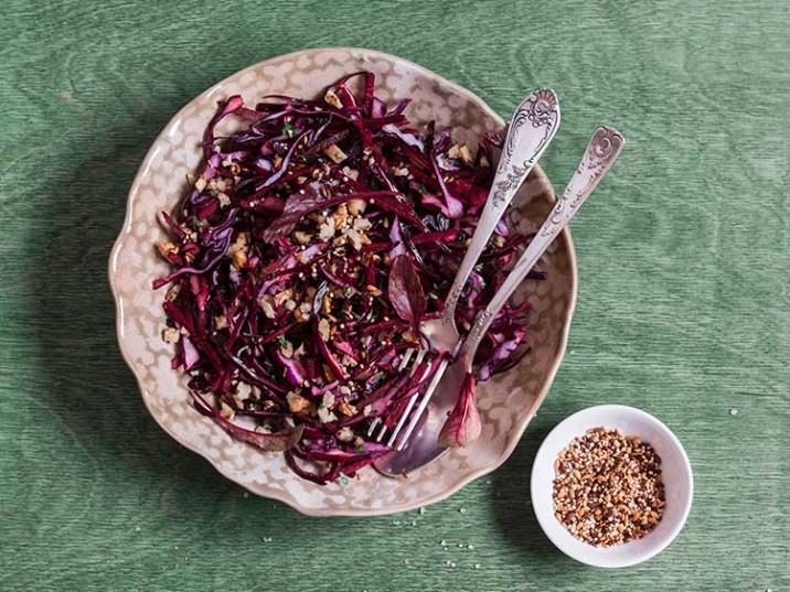 Vitaler Rotkohlsalat mit Nüssen und Samen
