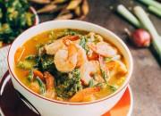 Würzige Curry Suppe mit Garnelen und Gemüse
