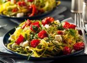 Zucchini-Nudeln mit Cherrytomaten und Feta