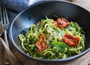 Zucchini-Nudeln mit Pesto und Tomaten